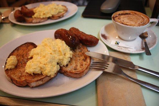 Fleet River Rooms: Frühstück: Rührei mit Würstchen