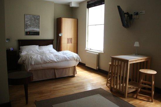 Fleet River Rooms: Blick auf Bett, Schrank und Eßtisch