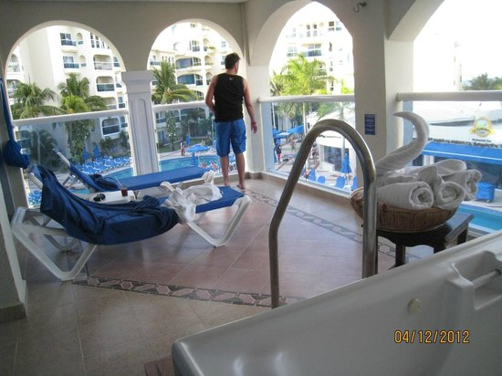 Occidental Costa Cancun:                   Jazussi suite room balcony