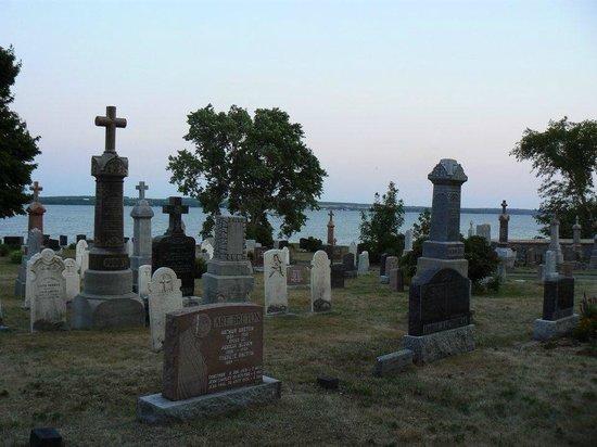 Chemin Royal (Royal Road) : The riverside cemetery