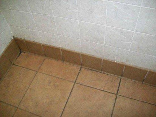 McDonald's: Filthy bathroom floor