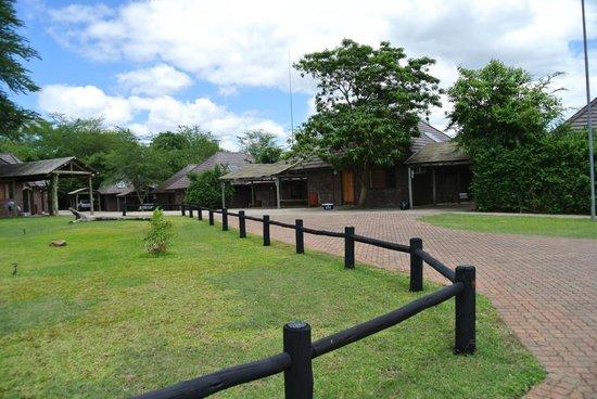 Ngwenya Lodge:                   Eine Zufahrt zu einigen Lodges