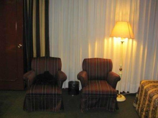 Hotel Ritz Mexico: Estos dos sillones estaban al lado de las camas