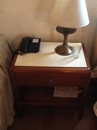 Gran Hotel Dora: habria que modernizar un poco la mesa de luz.