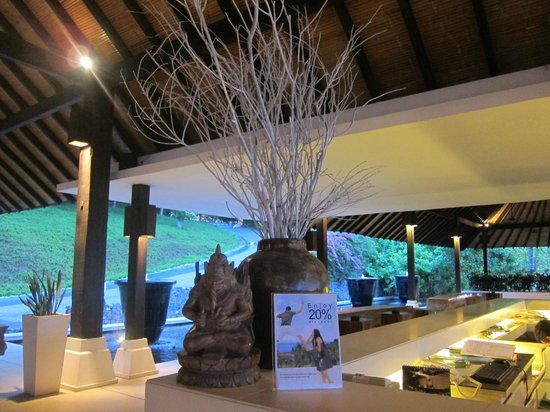 ตูริ บีช รีสอร์ท: like the special design of balinese lobby