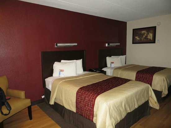 Red Roof PLUS+ Baltimore - Washington DC/BWI Airport: Ground floor renovated room