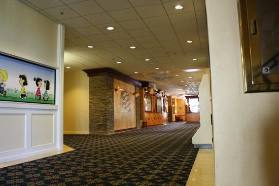 Knott's Berry Farm Resort Hotel: Hallway from Gift Shop to Restaurant