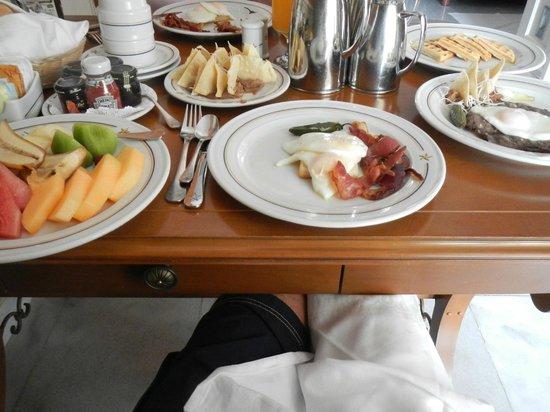 Iberostar Grand Hotel Paraiso: delicioso desayuno room service con de todoooooooo