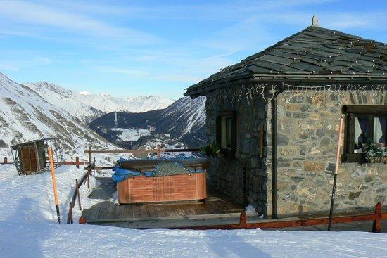 Hotel Maison de Neige: Hot tub all'aperto