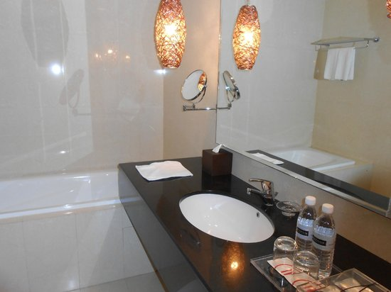 Pullman Kuching: Bathroom