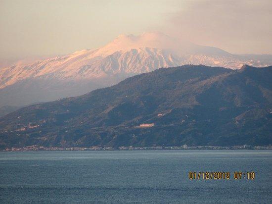 Hotel Villa Belvedere: Mount Etna from Taormina studio flat balcony