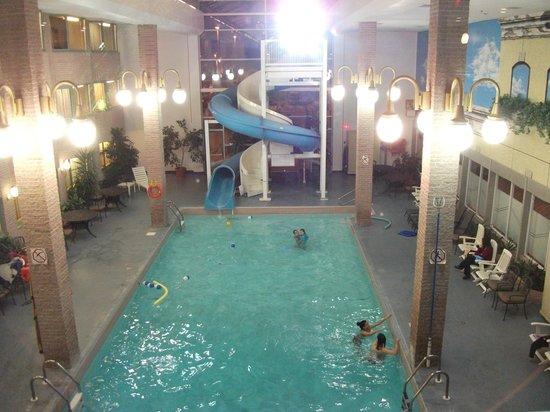 Hotel Rimouski: Piscine intérieure chauffée et glissades