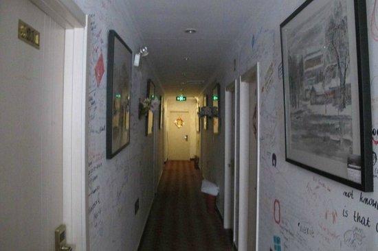 แฮปปี้ดราก้อนโฮสเทล: Corridor (upper floor)