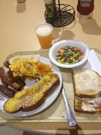 Embassy Suites by Hilton Orlando International Drive Jamaican Court: breakfast!