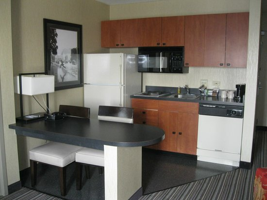 Hampton Inn and Suites Chicago Lincolnshire :                   kitchen area