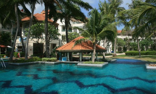 Centara Grand Beach Resort Samui:                   Swim-up bar