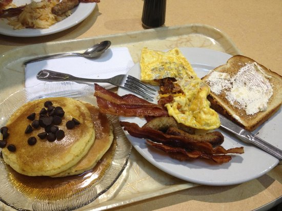 Embassy Suites by Hilton Orlando International Drive Jamaican Court: the best breakfast, and free!!