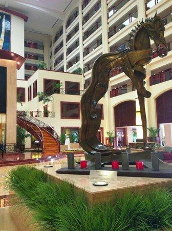 The Lalit Mumbai: Sculpture in lobby