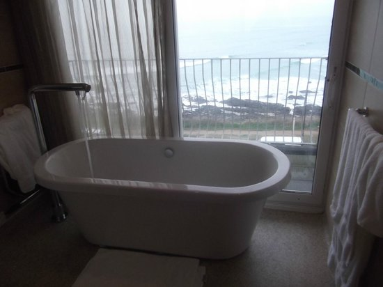 The Esplanade Hotel: bath tub