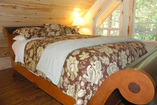 Bella Coola Grizzly Tours Inc.: Queen size Sleigh Beds.