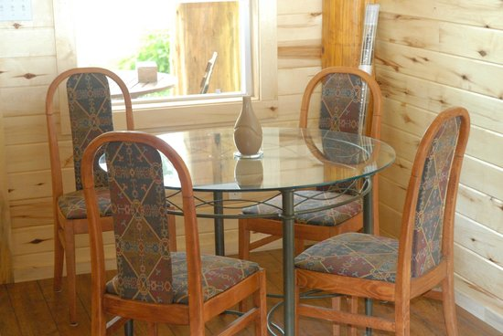 Bella Coola Grizzly Tours Inc.: Dining area in Cabin.