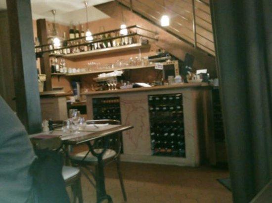 Bistrot des Vignes: Interior towards bar