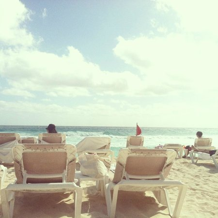 Hard Rock Hotel Cancun: Awesome beach area with plenty of chairs