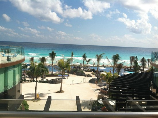 Hard Rock Hotel Cancun: View from the lounge pool on the third level