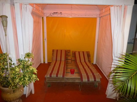 Villa Sinclair Beach Suites & Spa: One of the day beds in the courtyard cabanas