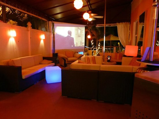 Villa Sinclair Beach Suites & Spa: Courtyard lounge area with outdoor big screen movies