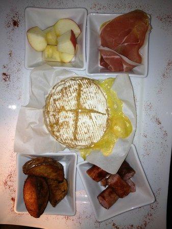 Le Chat Touilleur : camembert cuit au four
