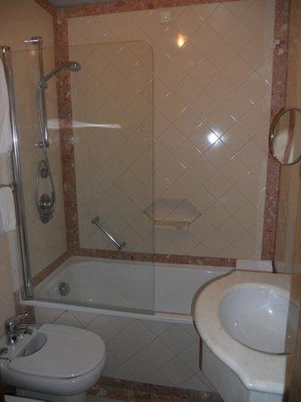 SANA Rex Hotel: Baño de nuestra habitación