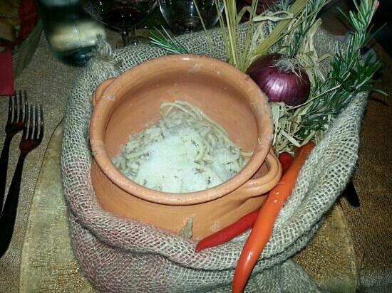 Locanda Di Bacco:                   pici al ragù selezionato di carni bianche e pecorino di Pienza