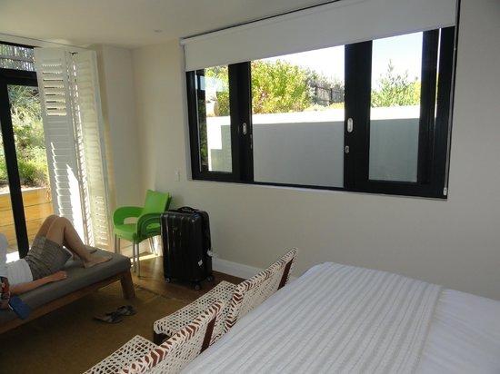 Christiana Lodge:                   Blick auf die Düne, davor eine Dusche auf dem Balkon