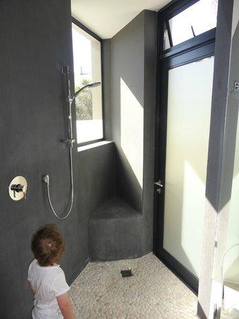 Christiana Lodge:                   Dusche mit Massageboden und Tür direkt ins Freie