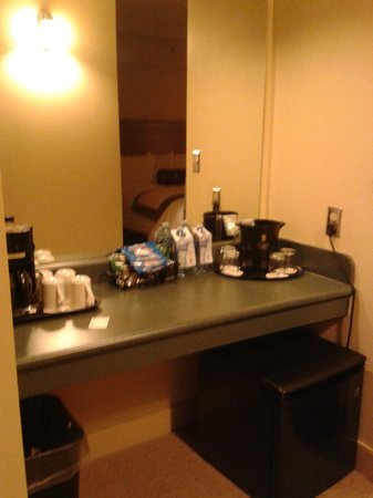 Temple Gardens Hotel & Spa: Bottled water is not free -mini fridge and coffee