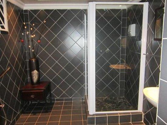 Desert Oasis Lodge:                   spacious bathroom