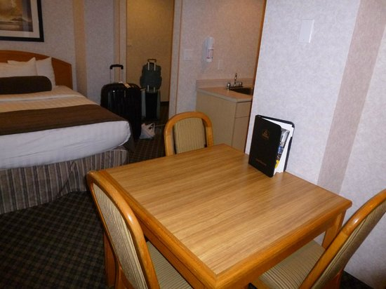 Best Western Plus Carlton Plaza Hotel: Small dining area serves better as a desk.