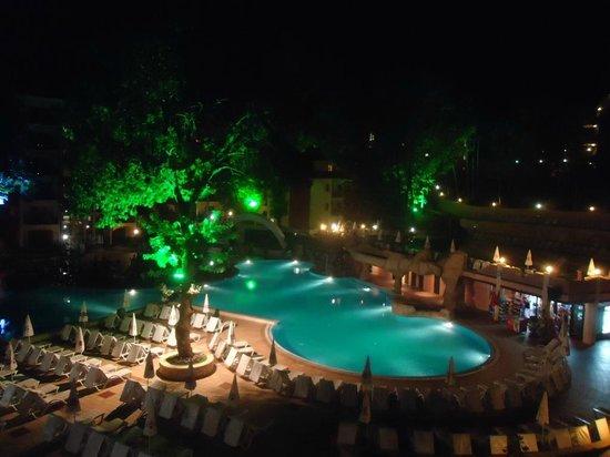 Grifid Hotels Club Hotel Bolero: The inner yard of the hotel by night