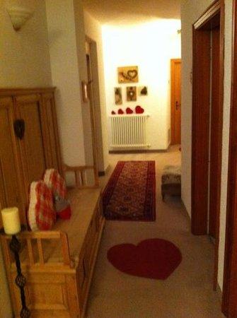 Hotel Garni Laurino: particolare del corridoio