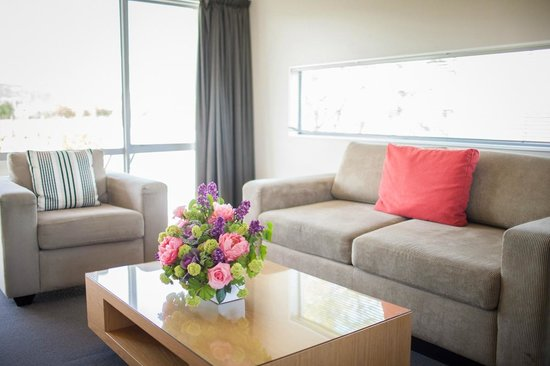 Marlborough Vintners Hotel: Lounge in the Suites
