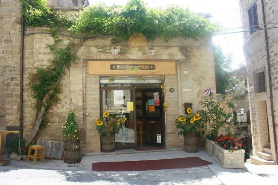 Bottega del Gusto: The flowery entrance to our shop