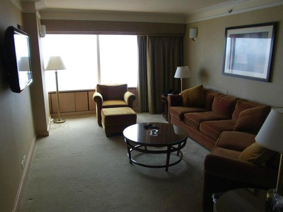 Bally's Atlantic City: 44th floor sitting room. Nice tv for sporting events.