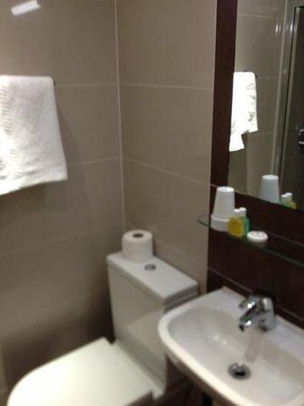 Judd Hotel :                   bathroom