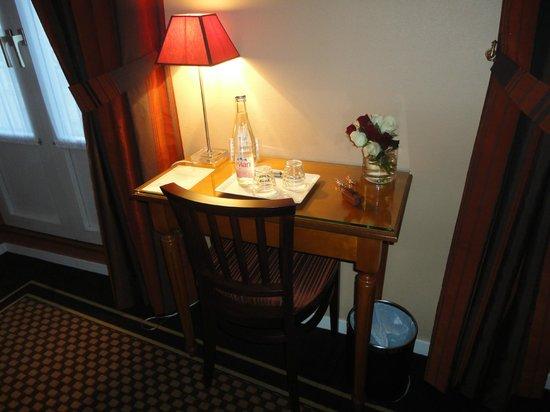 Hotel des Arts - Montmartre: Table