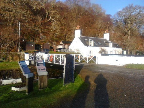 Crinan Hotel:                   The canal walk