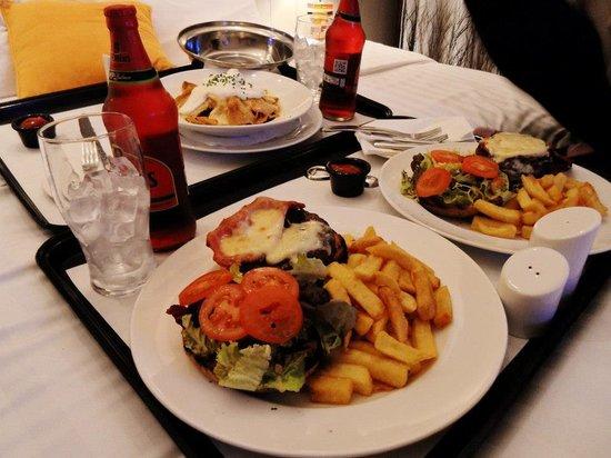 โรงแรมชีสวิคโมรัน: Burgers and Nachos