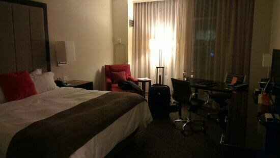 Loews Atlanta Hotel: room at night