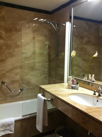 H10 Itaca Hotel: clean bathroom with beautifull marbles