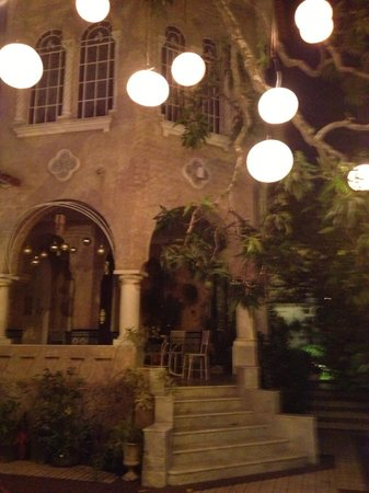 Guesthouse Bianca:                   A night view of the house